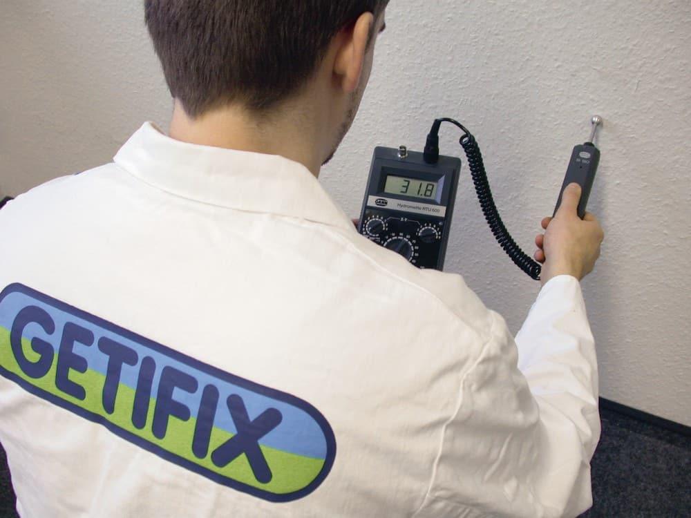 Zu einer gründlichen Analyse des Raumklimas gehört auch eine Messung der Feuchtigkeit im Mauerwerk. (Foto: HLC/ Getifix GmbH)