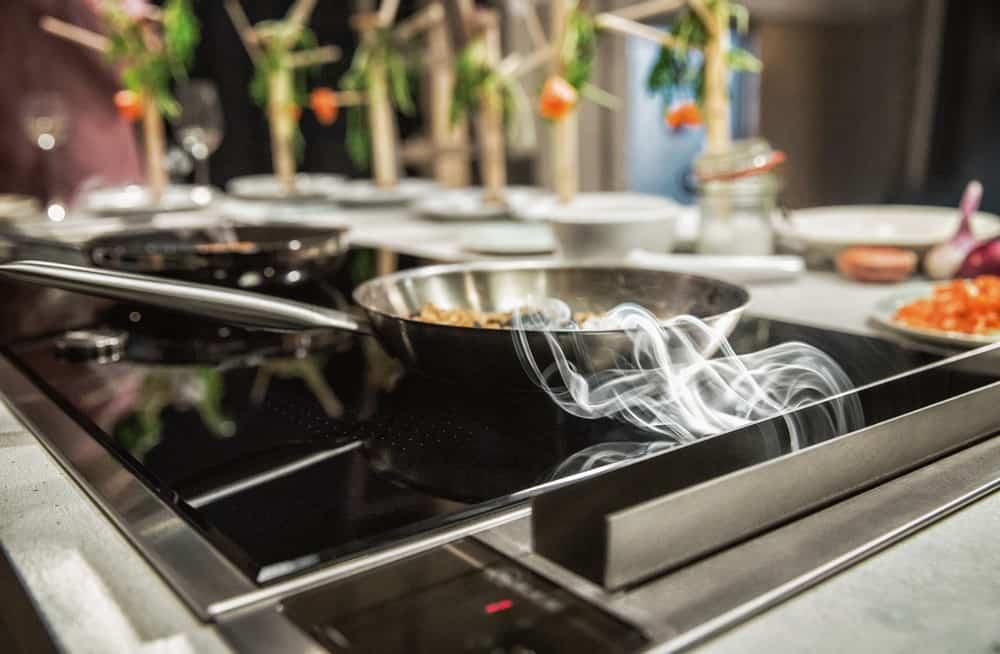 Direkt neben dem Kochfeld eingefasst kann der smarte Abzug Dampf und Fett sofort aufnehmen. (Foto: HLC/NEFF)