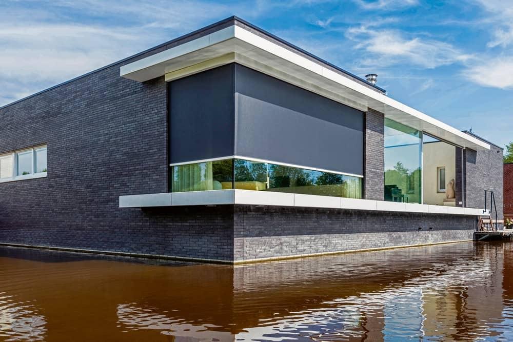Große Glasflächen lassen die Grenzen zwischen Gebäude und Umwelt verschwimmen. (Foto: HLC/RENSON)