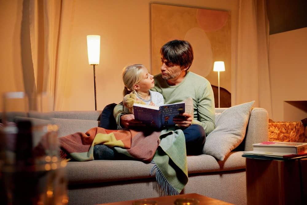 Ob beim Vorlesen, Fernsehen oder Abendessen, gedimmtes Licht erzeugt stets die richtige Atmosphäre – und spart dabei sogar Strom. (Foto: HLC/Hager Vertriebsgesellschaft)