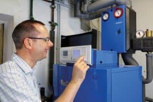 Mit einer vergleichsweise einfachen Maßnahme wie der Heizungsmodernisierung können hohe Energieeinsparungen erreicht werden. (Foto: HLC/ IWO)