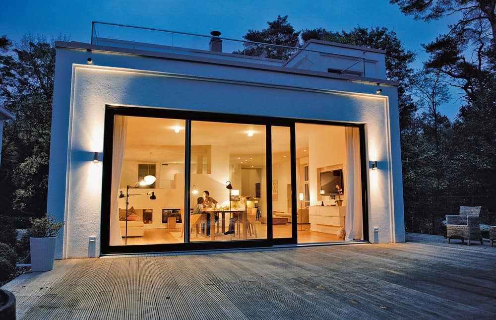 Mit einer intelligenten Beleuchtungssteuerung und dem entsprechenden Szenario empfängt uns das Zuhause am Abend in stimmigem Licht. (Foto: HLC/Hager Vertriebsgesellschaft)