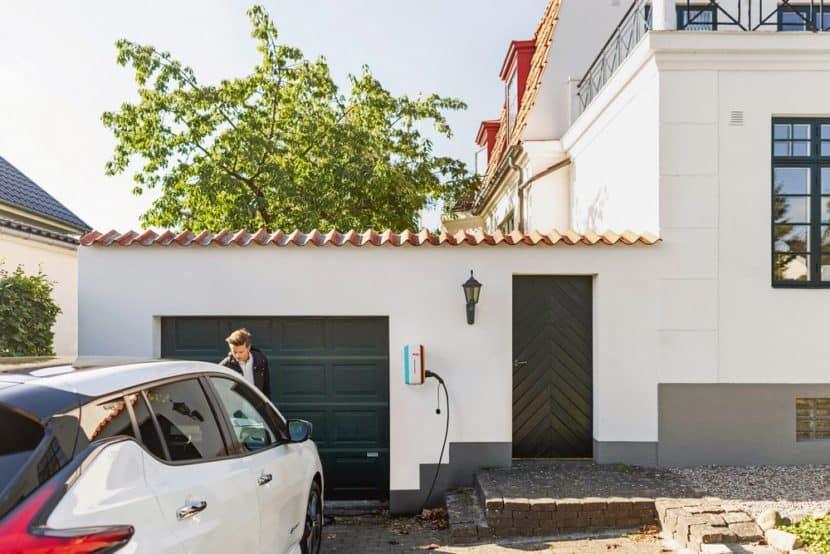 """Elektroautos sicher und unkompliziert zu Hause """"auftanken"""": Einfach das Auto und die Wallbox per Ladekabel verbinden und los geht's. (Foto: HLC/E.ON)"""