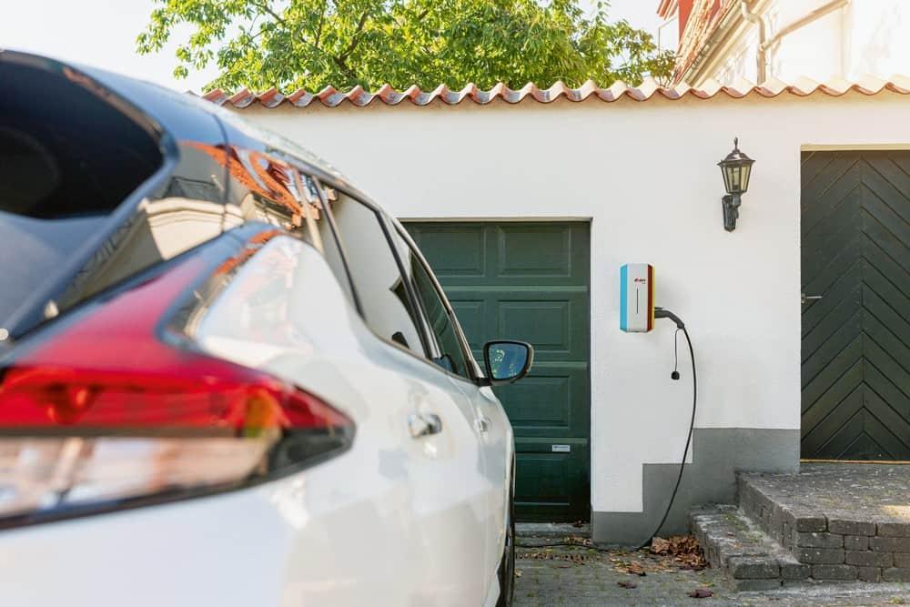 Die heimische Wallbox lädt das Elektroauto wesentlich schneller und sicherer als eine herkömmliche Steckdose. (Foto: HLC/E.ON)
